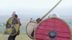 在攻击期间,北欧海盗的中世纪战士战斗 影视素材