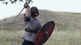 在攻击期间,北欧海盗的中世纪战士战斗 股票视频