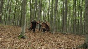 在攻击期间,北欧海盗的战士战斗 影视素材