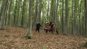 在攻击期间,北欧海盗的战士战斗 股票视频