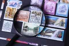 在放大器下的邮票 库存照片
