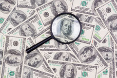 在放大镜下的一百美元钞票 免版税库存照片