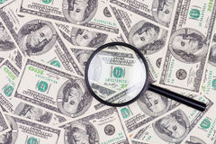 在放大镜下的一百美元钞票 库存图片