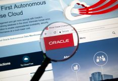 在放大镜下的Oracle主页 库存照片