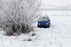 在放弃的汽车归档在冬天 免版税库存图片