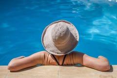 在放松在夏天的水池的热的天 免版税库存图片