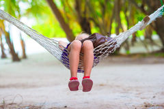 在放松热带的假期的可爱的小女孩 图库摄影