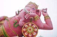 在放松的桃红色ganecha雕象在Wat Samarn, Chachoengsao, Tha 库存图片