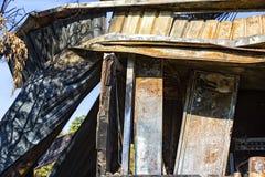 在放火火以后的损坏的产业超级市场与扭转的金属木结构烧伤残骸在强烈的灼烧的火以后的 库存照片