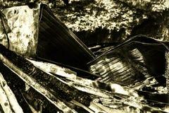 在放火火以后的损坏的产业超级市场与扭转的金属木结构烧伤残骸在强烈的灼烧的火以后的 图库摄影