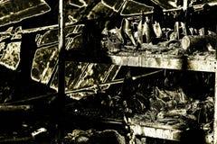 在放火火以后的损坏的产业超级市场与扭转的金属木结构烧伤残骸在强烈的灼烧的火以后的 库存图片