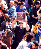 在政治演示期间,土耳其抗议者拿着一个标志 免版税图库摄影