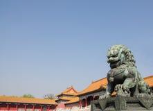 在故宫的古铜色狮子 免版税库存图片