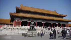 在故宫,中国的皇家古老建筑学前面的古铜色狮子