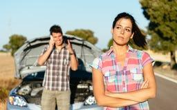 在故障以后的夫妇等待的汽车服务 库存照片