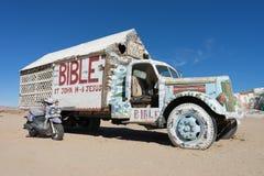 在救世山的卡车由平板城市 免版税库存照片