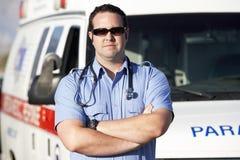 在救护车前面的医务人员工作者 免版税图库摄影