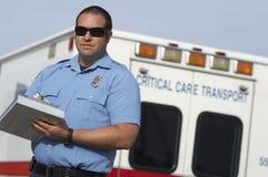 在救护车前面的医务人员 免版税库存图片