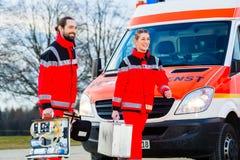 在救护车前面的紧急医生 库存图片