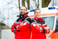 在救护车汽车前面的紧急医生 图库摄影