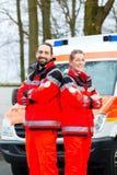 在救护车汽车前面的紧急医生 免版税库存图片