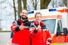 在救护车汽车前面的紧急医生 库存照片