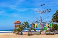 在救生员抢救塔的无休止的Balekambang海滩标志板 库存照片