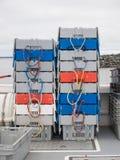 在救生艇甲板的渔条板箱 免版税库存图片
