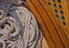 在救生艇甲板的绳索细节 免版税库存图片