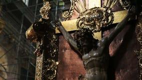 在教会关闭的耶稣受难象 影视素材