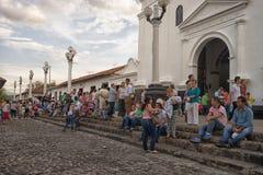 在教会前面的人们在Giron哥伦比亚 免版税库存照片