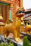 在教会前面的狗雕象 免版税图库摄影