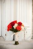 在教会前面的花束 免版税图库摄影