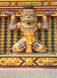 在教会墙壁上的大雕象 库存图片