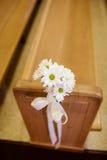 在教会婚礼的雏菊装饰 免版税库存图片