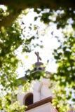 在教会尖顶的十字架 免版税库存图片