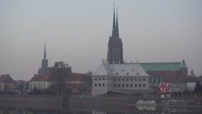 在教会尖顶的看法在Ostrow Tumski -中景 股票录像