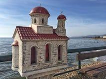 在教会形状的纪念碑以记念一个死人在希腊 库存照片