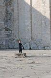 在教会扎达前面的年轻男孩 库存照片