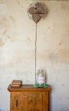 在教会捐赠瓶子上的古色古香的爱好者 免版税库存照片