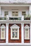 在教会样式的住宅阳台和视窗 免版税库存照片
