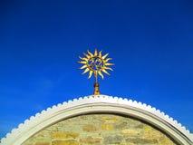 在教会的上面的太阳, Kamenets Podolskiy,乌克兰 免版税图库摄影