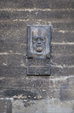 在教会的墙壁上的纪念石雕象portait 免版税库存照片