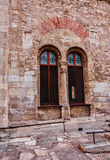 在教会的墙壁的哥特式窗口 免版税库存照片