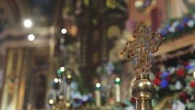 在教会的富有的装饰背景的金黄正统十字架  影视素材