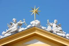 在屋顶的天使雕象 免版税库存图片