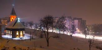 在教会的晚上下雪在镇在Translvania,罗马尼亚 免版税图库摄影