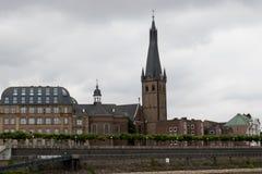 在教会的更加接近的看法dà ¼ sseldorf的德国莱茵河的 库存照片