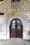 在教会的木门 免版税库存图片