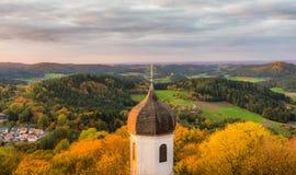 在教会的秋天日落 库存照片